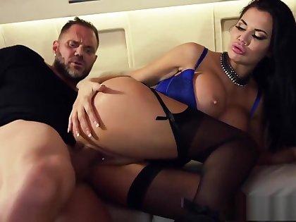 Sly slut Jasmine Jae deals with a dangerous cock
