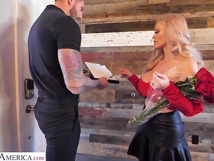 Sexy single mom unfamiliar Russia Casca Akashova seduce young delivery chap