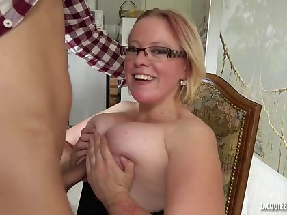 Fat, blonde housewife, Sofie knows how to solder move along disintegrate luring guys, when she wants sex