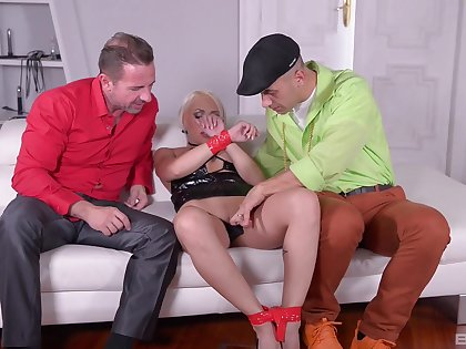 Assembly room seduction in rough threesome XXX tryout