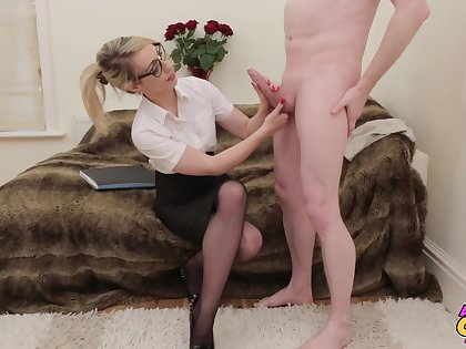 Melancholy peaches mollycoddle Chessie Kay drops on her knees to suck a dick