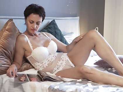 Short-haired Daryna has a brilliant time all alone in bed