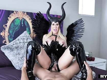 Brandi Love dresses up as Maleficent be advisable for a steamy fuck at hand her boyfriend