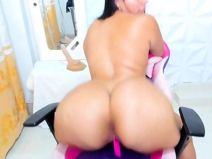 Obese milf is practicing twerking her huge ass